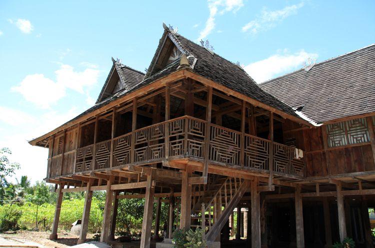 简介:竹楼是傣家人世代居住的居所,它那美观的楼顶,传说里称之为诸葛亮的帽子。傣家竹楼为杆栏式的建筑,造型美观,外形像个架在高柱上的大帐篷。竹楼是用各种竹料(或木料)穿斗在一起,互相牵扯,极为牢固。楼房四周用木板或竹篱围住,堂内用木板隔成两半,内为卧室,外为客厅。楼房下层无墙,用以堆放杂物或饲养禽兽。竹楼具有冬暖夏凉、防潮防水防震的特点。楼室高出地面若干米,潮气不易上升到室内,水也淹不到楼室上。竹楼为四方形,楼内四面通风,夏天凉爽,冬天暖和。傣家人喜欢在竹楼周围载凤尾竹、槟榔、芒果、香蕉等,使村寨充满诗情画
