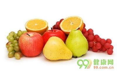 本文导读:老人的健康离不开日常的保健。那么对于老年人来说,怎么吃梨止咳方法呢?   平时大家都习惯用水煮梨汤喝,但你是否知道,红酒煮梨对身体也同样有很好的保健作用呢?   梨子营养丰富,能润燥化痰、润肠通便,而红酒中含有的原花青素能保护心血管,白藜芦醇能抗癌。梨子性寒,但煮熟以后寒性会有所减弱。在煮梨汤时,加适量紫红的葡萄酒,既补充了梨和红酒中的营养物质,给人视觉上的享受,还能温暖肠胃,使其润肺止咳的功效发挥得更好。   此外,在煮的过程中,红酒中的酒精大多已挥发掉,只会剩下一点微微的酒香,所以不必担心喝
