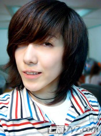 刘忻百变发型柔中带刚 示范韩式boy风短发