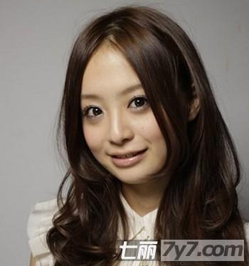 2012年最新流行长发卷发发型 瘦脸最佳提升女人味