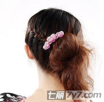 韩式长发的扎法 甜美编发蓬松花苞头教程图解