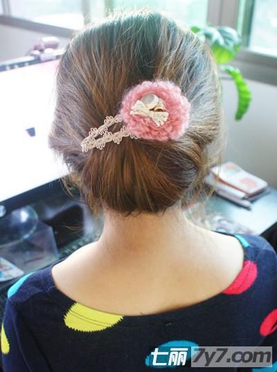 三款韩式编发步骤图解 小编点评:此发型很适合秋季穿裙子的时候扎,很