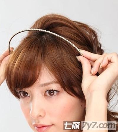 2012秋季超减龄侧扎发型 简单长发扎法变身气质佳人