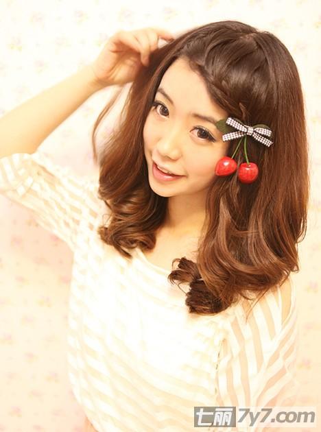 卷发加上仙女级的刘海编发,萌系女生,配上樱桃发夹,更显俏皮可爱.