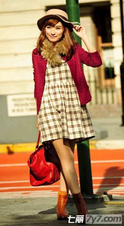 非常大气的格纹,秋冬季作为打底,搭配针织开衫显得十分可爱甜美.