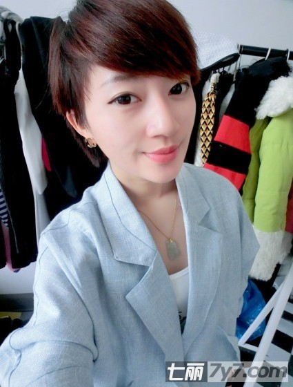 导读:在街上,随处可以看到很多不同于中国人天生的发色,五颜六色的头发在阳光上闪耀着别样的美,你知道2012流行的染发颜色吗?你知道什么样的短发好看吗?适合染什么颜色吗?今天小编告诉你2012流行染发颜色,韩式女生气质短发发型。 2012流行染发颜色 韩式女生气质短发发型 小编点评:齐耳短发+酒红色染发,二八分的斜刘海,气质清爽,蓬松的发顶,配上中性的西装外套,个性十足。 2012流行染发颜色 韩式女生气质短发发型 小编点评:齐肩短发+亚麻色染发,柔顺的发流,小清新范,女生看起来眼神有点迷离,好像在思索着什