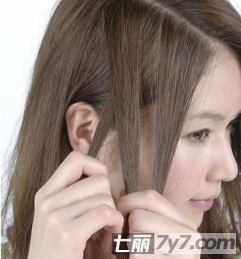 最新流行刘海编发步骤一:首先我们把头发梳顺