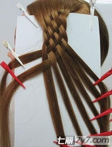 图为第二种编织辫子的的步骤.
