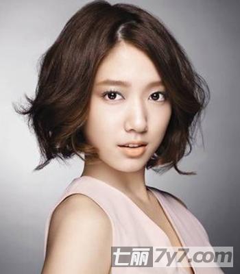 短发发型 正文          导读:许多女星们的短发造型都非常时尚潮流