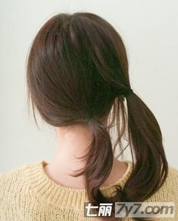 导读:冬季如何打理好头发又不需要太复杂的步骤呢?今天就由小编为你带来冬季简单花苞头盘发图解,三分钟盘发技巧。  冬季简单花苞头盘发图解 分享三分钟盘发技巧 这样一款花苞头为你带去清爽外还格外甜美,无论是别发夹还是戴帽子都能找到你想要的感觉。还在等什么,赶紧来学习怎么操作吧!  冬季简单花苞头盘发图解 分享三分钟盘发技巧 Step1:如果你是直发,最好在发尾处稍微卷一下,由弧度的头发比较容易营造出唯美感。用梳子将所有的头发都梳理一遍,保证没有打结的头发。  冬季简单花苞头盘发图解 分享三分钟盘发技巧 Ste