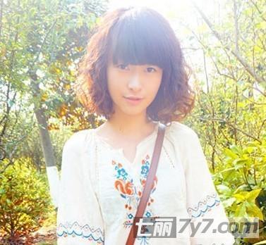 自然的魅力蛋卷头发型,一直都是甜美系女生喜爱的,小卷的烫发可以增加