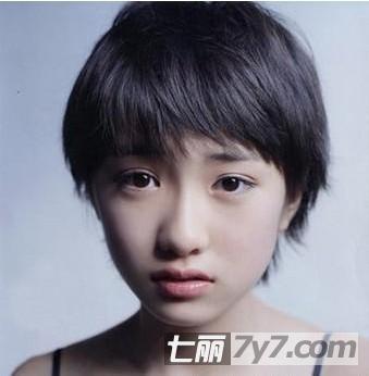 这是一款清新自然的短发,它不需要任何的染色,清爽的气息尽显,没有