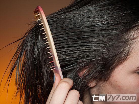 导读:妆容可以不华丽,但发型不能散乱!让人眼前一亮的造型,秘密就在于懂得用最关键的细节提升整体魅力。一头具有垂坠质感的秀发配合得体妆容,打造时尚干练的你!下面就来学会拉直头发的具体步骤,分享让秀发更闪亮的小秘密。 一、洗头使用洗发水、护发素清洗头发,每次洗头都使用护发素,吹干或加热时头发才不会变干枯。二、冲洗用冷水冲洗头发,令打开的毛鳞层重新闭合,锁住水分和保湿成分,预防发丝毛糙。 三、用毛巾包裹秀发用毛巾将秀发裹起来,约五分钟后解开毛巾,用宽齿梳子将头发梳顺,然后继续用毛巾将头发包住约十五分钟。圆头发刷