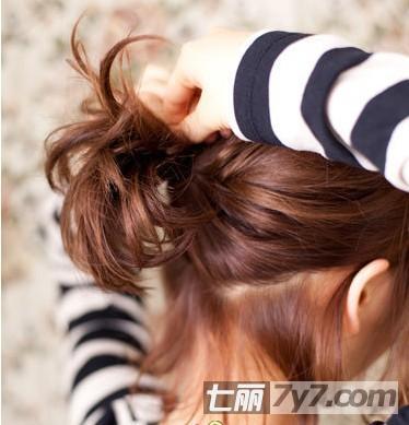 短发半丸子头扎法图解