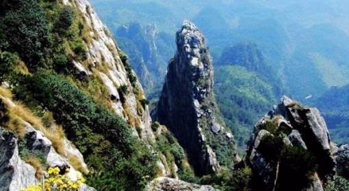 簡介:五老峰位于廬山的東南側,為廬山著名的高峰,海拔1436米,山頂蒼穹,下壓鄱湖,削辟千仞,綿延數里,山峰受巖層垂直節理的影響,形成了既相互分割又彼此相連的五個雄奇的峰嶺。五座主峰儼若五老并坐,故名五老峰。從各個角度去觀察,山姿不一,有象詩人吟詠,有象武士高歌,有象魚翁垂釣,有象老僧盤坐。在星子縣海會寺上看五老峰最為真切。五峰中以第三峰最險,奇巖怪石千姿百態,雄奇秀麗蔚為大觀;第四峰最高,峰頂云松彎曲如虬,下有五小峰,即獅子峰、金印峰、石艦峰、凌云峰和旗竿峰,往下為觀音崖,獅子崖,背后山谷有青蓮寺。五老
