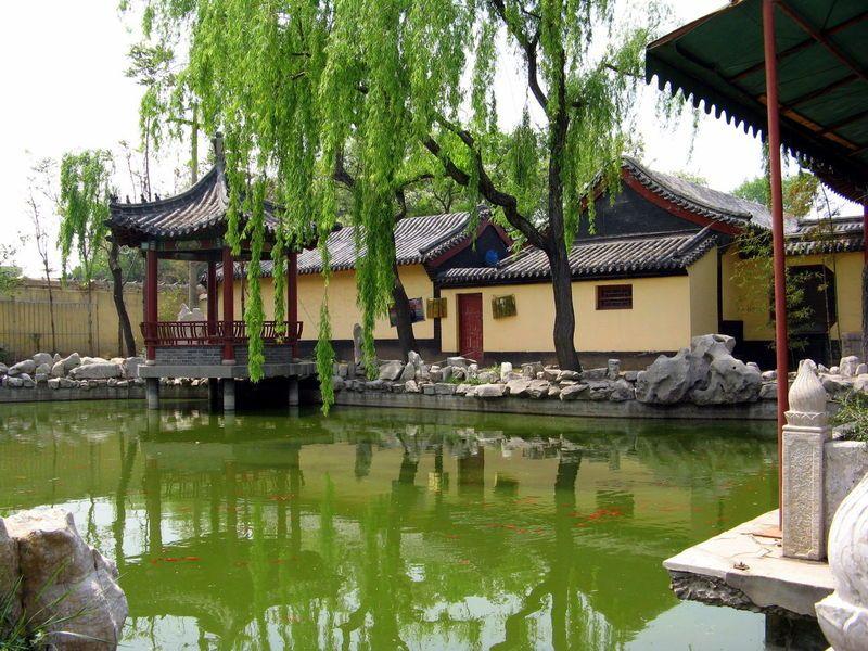 簡介:姜太公祠位于臨淄城區,1993年以姜太公衣冠冢為依托而建。姜太公祠屬于省級重點文物保護單位,又是一處重要的道教活動場所。糨的建筑形式采用的是中國傳統的中軸對稱序列,殿堂廟宇式布局形式,進門所見的姜太公祠四個大字是我國著名的書法家、全國宗教協會會長趙樸初老先生題寫的,大門兩側兩座威武的大將雕像即青龍、白虎二星君姜太公祠屬于省級重點文物保護單位,又是一處重要的道教活動場所。